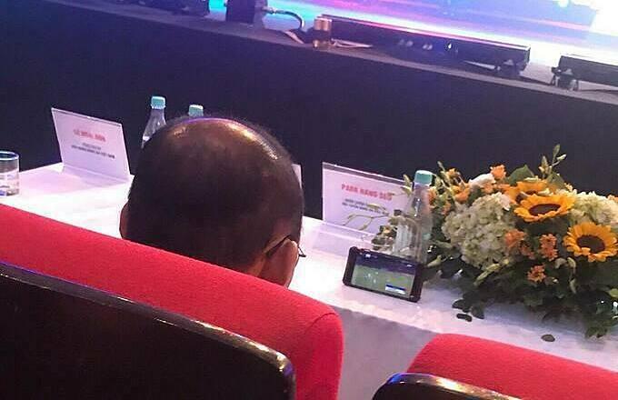 Thầy Park xem trận U19 Việt Nam gặp U19 Mông Cổ. Ảnh: Next Sports.