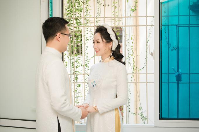 Trong ngày trọng đại, Thu Hà - Việt Dũng chọn mẫu áo dài đôi mang sắc trắng tinh khôi, phù hợp tính cách uyên ương.