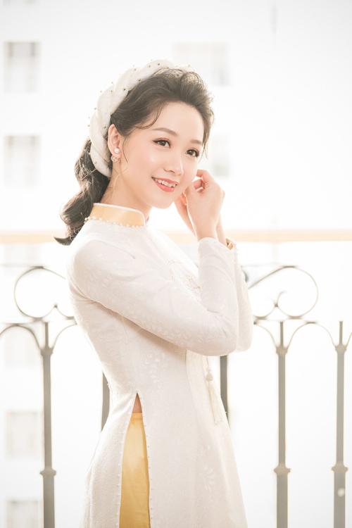 Cô dâu lựa chọn kiểu tóc xoăn buông xõa, mấn trẻ trung để diện cùng áo dài thay vì khăn đóng bởi không muốn tạo cảm giác nặng nề.