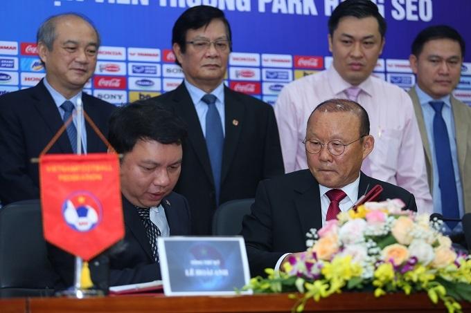 HLV Park ngày ký hợp đồng mới hôm 7/11. Ảnh: Đương Phạm