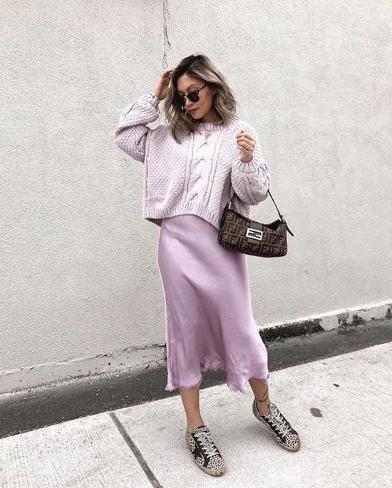 Diện áo len cùng váy lụa vừa giúp người mặc thể hiện phong cách hợp mùa vừa có được nét dịu dàng, nữ tính.