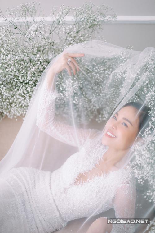 Bộ ảnh được thực hiện bởi váy cưới: Hacchic Couture, nhiếp ảnh: Sồi Photography, trang điểm: Sol.