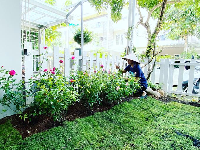Bella Mai trồng hoa trước hiên nhà.