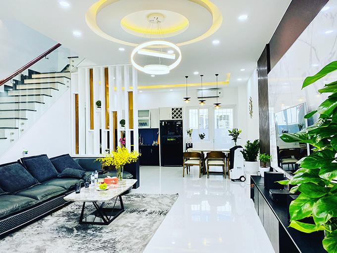 Phòng khách nhà Bella Mai.