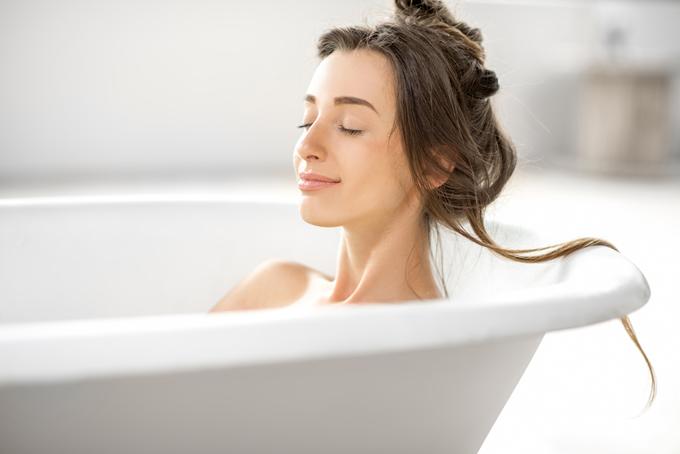Để làn da không bị mất đi lớp giữ ẩm tự nhiên, bạn gái không nên tắm quá 20 phút mỗi lần.