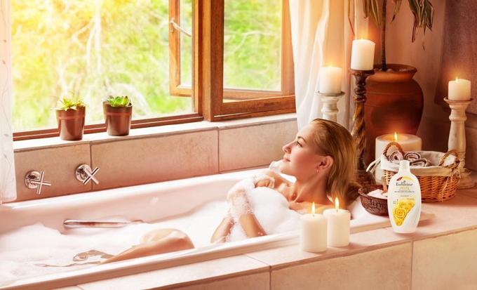 Sữa tắm có thành phần Silk Protein và hương nước hoa Pháp giúp cô nàng hiện đại tự tin tỏa sáng.