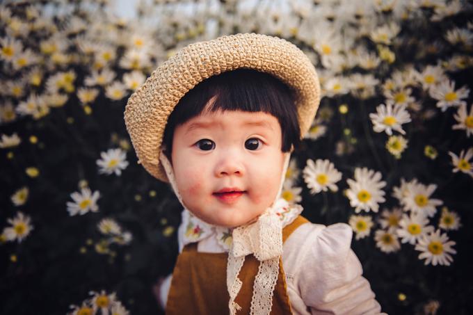 Bằng kinh nghiệm của mình, Lã Anh đã thuyết phục được mẹ Mít và đảm bảo về các yếu tố an toàn. Sau đó, mẹ em bé tự may đồ cho con gái, phù hợp với concept chụp hình.