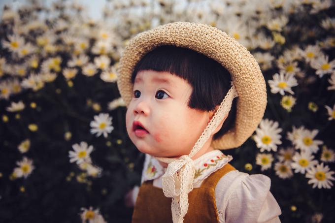Khoảng 3/4 thời gian của buổi chụp hình, bố Mít phải quỳ để đỡ con, cõng, giữ con. Trong lúc ngả Mít nằm trên hoa, bé không thích và mếu. Còn mẹ đứng bên cạnh nhiếp ảnh gia để múa phụ họa, thu hút sự tập trung của Mít.