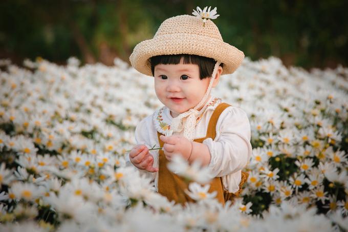 Khi quen với máy ảnh và được cầm hoa trên tay, Mít thích thú và liên tục nở nụ cười tươi.