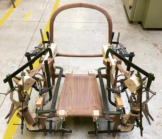 Các khối và các thanh gỗ hoàn thiện được ghép cùng nhau theo các khớp nối.