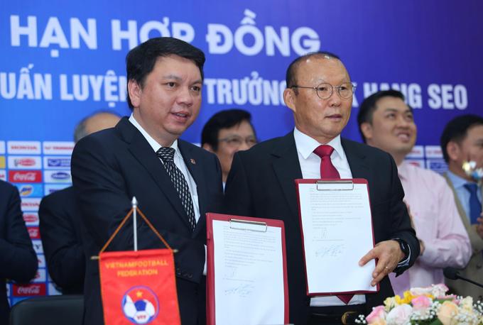 Lễ ký gia hạn hợp đồng giữa HLV Park Hang-seo và Liên đoàn Bóng đá Việt Nam. Ảnh: Phạm Đương