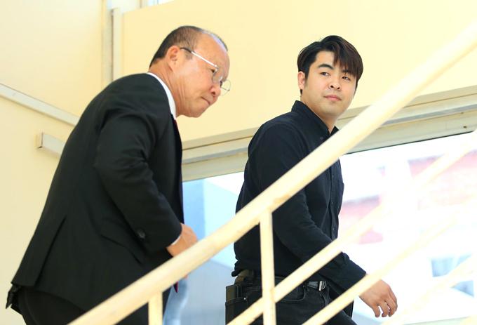 Ông Park và người đại diện Lee Dong-jun tại VFF sáng nay. Ảnh: Phạm Đương