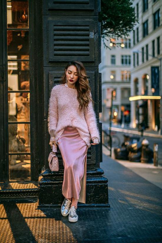 Sơ mi, váy lụa và áo len đồng sắc màu là công thức mix đồ luôn phát huy khả năng tôn chiều cao cho phái đẹp.