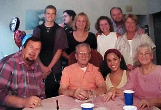 Meghan ngồi xổm cạnh bác ruột Mike Markle (hàng đầu thứ hai từ trái sang) trong một dịp tụ tậpcùng gia đình Markle tại Mỹ nhiều năm trước. Ảnh: DM.