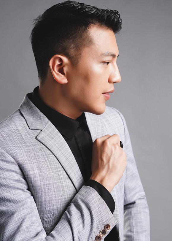 Với suit màu xám, Cao Duy mix cùng sơ mi đen tạo sự tương phản màu sắc ấn tượng.