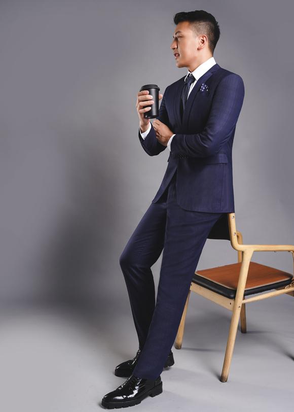 Xanh sẫm cũng là gam được nhiều quý ông yêu thích khi chọn suit nhờ vẻ lịch lãm đặc trưng, đủ sang trọng nhưng vẫn trẻ trung và khó lỗi mốt.