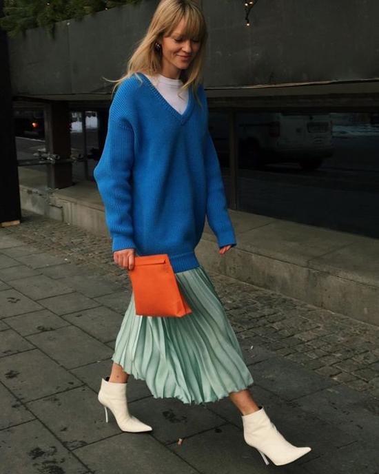 Nếu ở hữu chiều cao vượt trội thì cách mix áo over size cùng chân váy dập ly là lựa chọn hoàn toàn hợp lý.