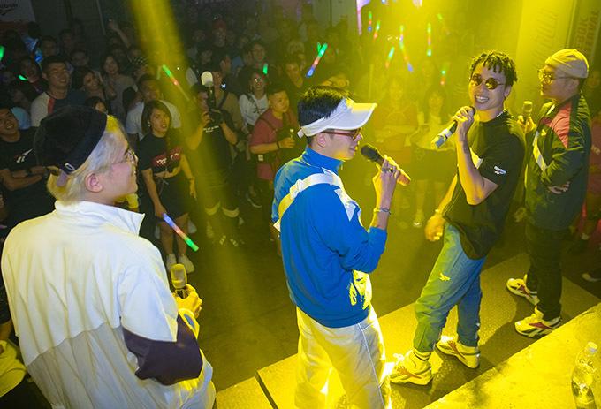Hàng trăm bạn trẻ đã tới từ sớm, chen chúc nhau để được xem và nghe Da LAB hát.