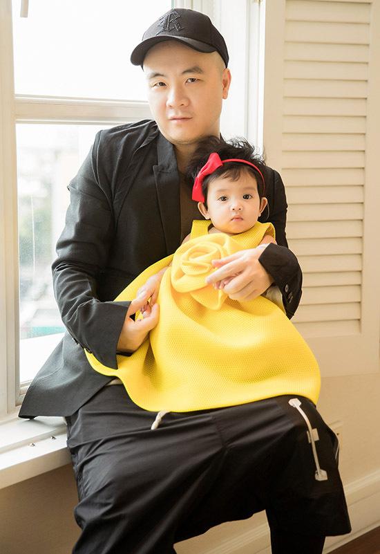 Con gái nuôi thứ haicủa nhà thiết kế là bé My My được 6 tháng tuổi.
