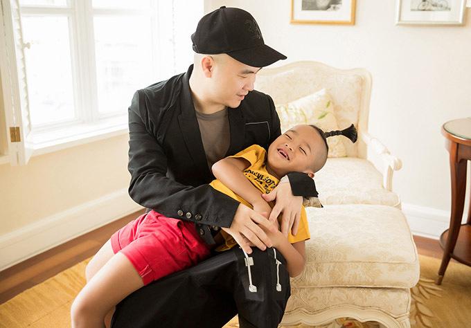Bé Nhím 5 tuổi rưỡi là con nuôi đầu tiên của Đỗ Mạnh Cường.
