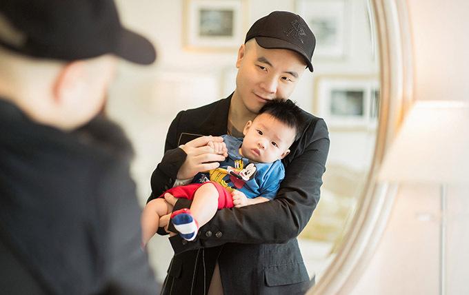 Bé út tên Gấu mới 4 tháng tuổi. Nhóc tỳ được bố nuôi chăm bẵm từ những ngày mới chào đời.