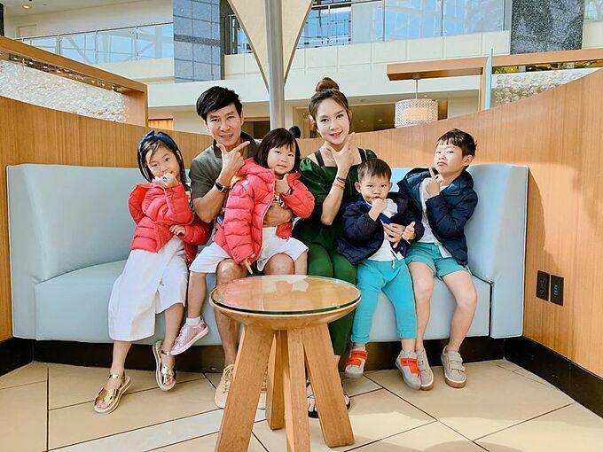 Gia đình Lý Hải - Minh Hà thường ăn mặc đồng điệu khi đi chơi chung.