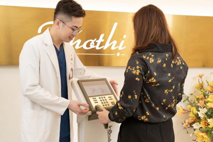 Bác sĩ Viện thẩm mỹ Khơ Thị đo chỉ số cơ thể khách hàng để thực hiện phác đồ giảm cân Miko Diet.