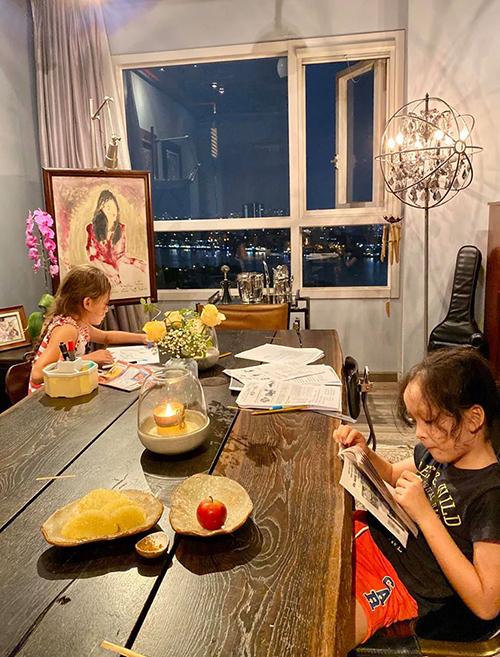 Ca sĩ Hồng Nhung chia sẻ khoảnh khắc buổi tối êm đềm, ngồi ngắm hai con học bài cũng thấy vui trong lòng.