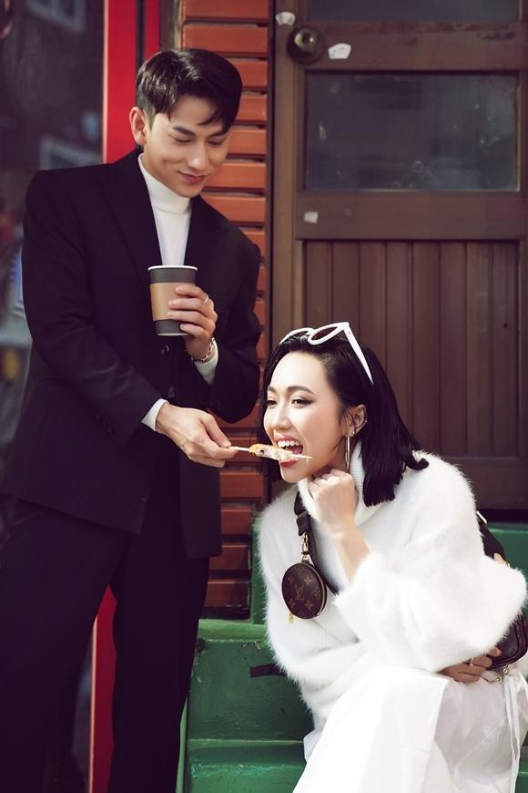 Isaac đút cho Diệu Nhi ăn khi cùng dạo phố ở Busan, Hàn Quốc đầu tháng 10.