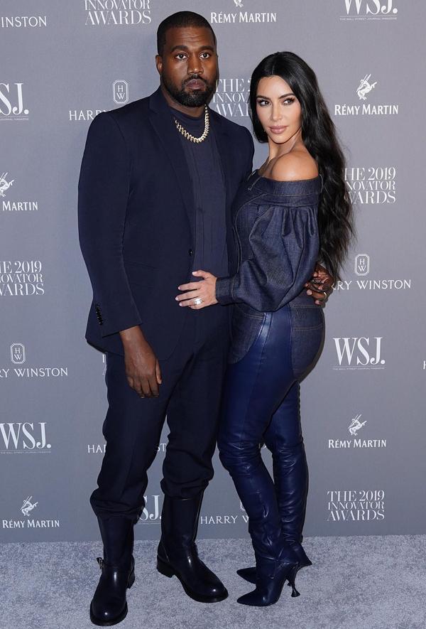 Kim Kardashian và Kanye West sánh đôi tham dự lễ trao giải của tạp chí WSJ ở New York. Cặp sao mặc đồ ton sur ton với màu navi và bốt da.
