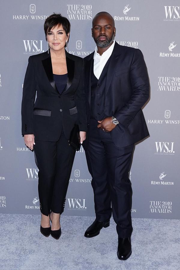 Mẹ Kim, bà Kris Jenner, tới sự kiện với bồ trẻ.