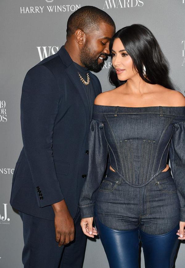 Kim lựa chọn trang phục đỡ hở hơn hẳn so với những lần đi thảm đỏ trước. Cô chỉ để lộ bờ vai trần và một chút phần eo. Chỉ một ngày trước khi tham dự sự kiện này, Kim tiết lộ trong talkshow The Real rằng cô sẽ mặc tiết chế hơn theo mong muốn của chồng. Anh ấy là chồng tôi, bởi vậy rõ ràng là tôi muốn tôn trọng ý kiến cũng như những cảm xúc của anh ấy. Kanye đang có những thay đổi trong cuộc sống và tôi cũng vì các con nữa. Bọn trẻ đang ngày càng lớn hơn nên Kanye rất ý thức về những gì bọn trẻ sẽ thấy.