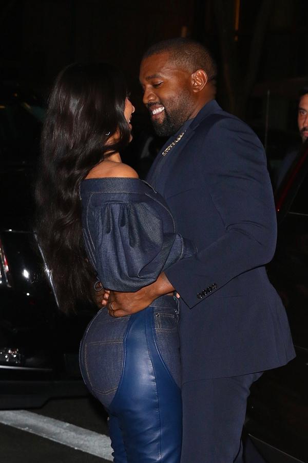 Lần này, bà mẹ 4 con đã chiều ý chồng trong cách ăn mặc. Kanye West trông rất vui bên bà xã xinh đẹp. Rapper 42 tuổi gần đây cải đạo Cơ đốc giáo nên anh có nhiều thay đổi về quan điểm và lối sống.