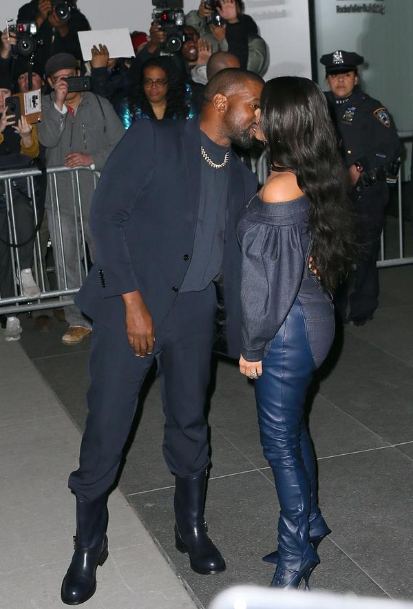 Trước đó, trong chương trình truyền hình thực tế Keeping Up with the Kardashians, Kanye West đã tranh cãi gay gắt với vợ về chiếc váy thắt eo xuyên thấu mà Kim mặc tới Met Gala 2019. Rapper cho rằng chiếc váy đó quá gợi cảm và Kim không cần phải khoe thân giống như các cô gái khác. Kanye nói với sự khó chịu: Em là vợ của anh. Anh cảm thấy bị ảnh hưởng nếu những bức ảnh của em quá sexy.Tuy nhiên, thời điểm đó Kim vẫn quyết giữ lựa chọn của mình và mặc bộ đồ tới Met Gala.