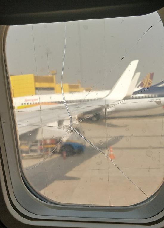 Cửa sổ máy bay bị vỡ và dán bằng băng dính của hãng Spicejet, Ấn Độ. Ảnh: Twitter.