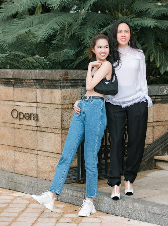 Ngọc Trinh tự tin với vòng eo con kiến khi mặc quần jean, áo ngực sexy ra phố. Trong khi đó bạn gái của Quách Ngọc Ngoan giấu đường cong với thiết kế áo rộng, quần tây chỉn chu như nhân viên công sở.
