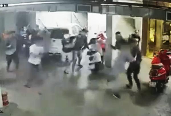 Nhóm người đuổi chém nhau ở hầm xe. Ảnh cắt clip.