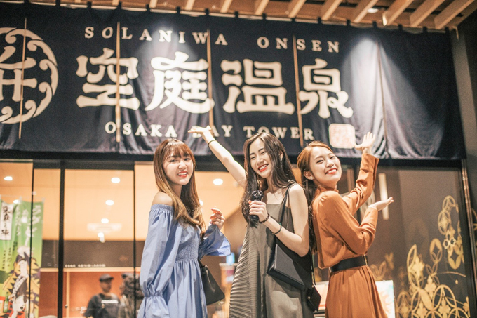 Các cô nàng check-in điểm tắm onsen trong ngày đầu tiên tới Nhật Bản.