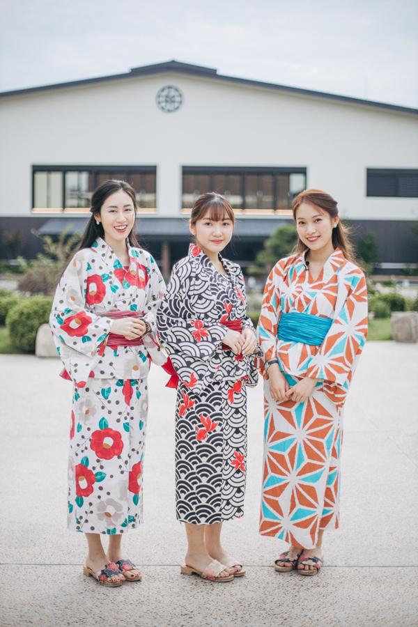 Mai Vân Trang, Chloe Nguyễn, Khánh Vy tươi tắn trong bộ trang phục xứ hoa anh đào.