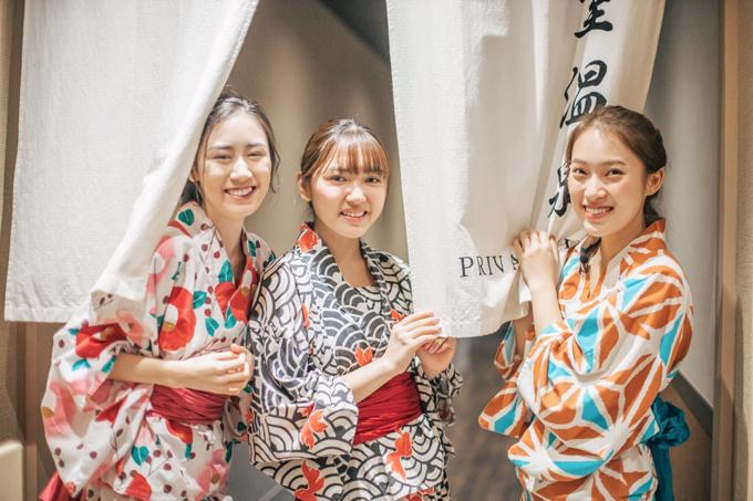 Sau khi tắm onsen, ba cô nàng trở ra phòng thưởng trà gần đó. Chloe Nguyễn cảm thấy mọi mệt mỏi như tan biến sau khi ngâm mình trong suối nước nóng.