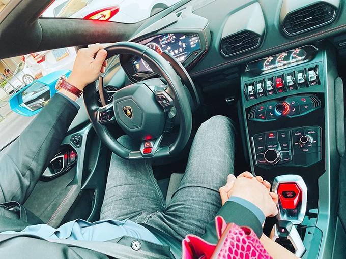 Phạm Hương đăng ảnh nắm tay bạn trai tình tứ trên ôtô tại Mỹ.