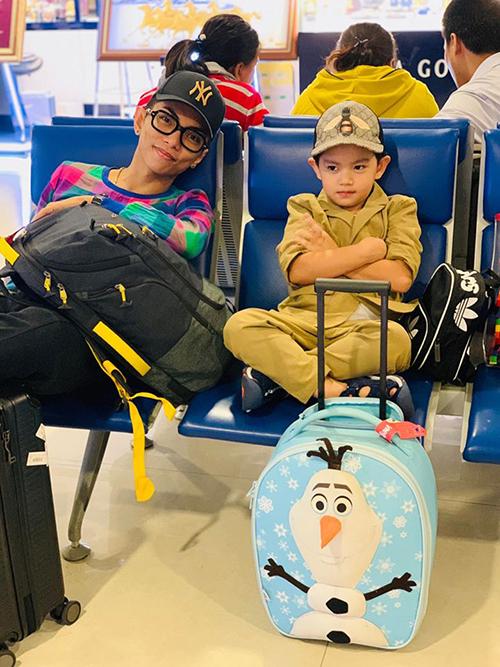 Kubi làm mặt ngầu khi chụp ảnh cùng bố Phan Hiển.
