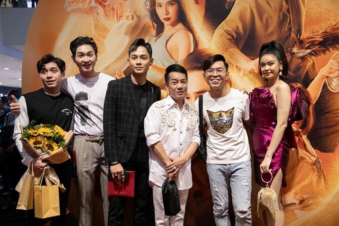 Nghệ sĩ Minh Nhí (thứ ba từ phải qua) chúc mừng các nghệ sĩ trẻ.