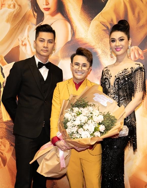 Ca sĩ Lâm Khánh Chi (phải) cùng ông xã kém tuổi mang hoa tới chúc mừng Huỳnh Lập (giữa) với sản phẩm điện ảnh đầu tay.