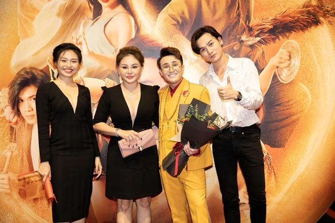 Lê Lộc (ngoài cùng bên trái) đến chúc mừng vai diễn mới củamẹ Lê Giang (thứ hai từ trái qua). Lê Giang vào vai một mảnh ghép trong hội bà tám cùng Phương Thanh và Việt Hương.