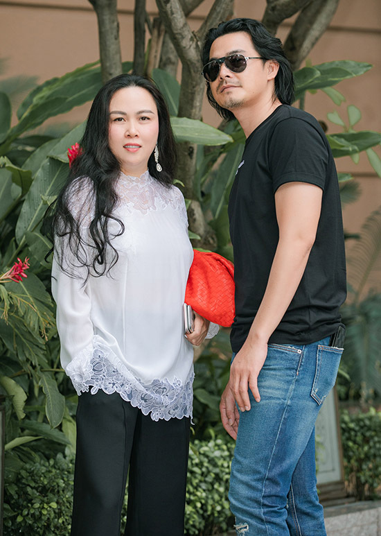 Quách Ngọc Ngoan lo xong công việc trang trại ở Đồng Nai nên về Sài Gòn đi chơi với bạn gái.