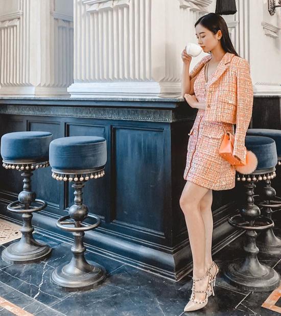 Những cô nàng yêu sự trang nhã và sang trọng của vải tweed có thể tham khảo cách mix đồ thu của Jun Vũ.