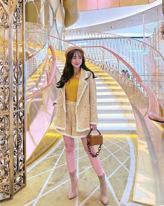 Diện vest ton-sur-ton với váy ngắn, short cũng là phong cách được sao Việt lăng xê ở mùa mốt năm nay. Kelly Nguyễn chọn thêm túi hộp xinh xắn, bốt da lộn để hoàn thiện set đồ mùa thu.