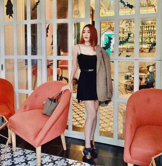 Chọn áo blazer to bản để mix cùng các kiểu váy ngắn như của Ngân Khánh cũng là công thức dễ áp dụng cho chị em công sở.
