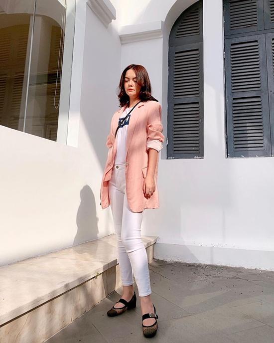 Áo blazer dáng rộng vẫn là trang phục hot nhất mùa thu đông năm nay. Vì thế các nàng có thể chọn các mẫu áo đơn sắc dễ kết hợp cùng quần jeans, áo thun như Phạm Quỳnh Anh.